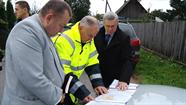 Deputāti pārbaudīja pilsētas grunts ceļu asfaltēšanas plāna realizāciju