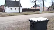 Pie pilsētas grants ceļiem parādījās konteineri ar smilts – sāls maisījumu